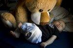 dziecko śpiące na łóżku
