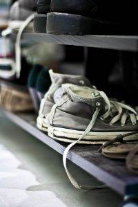 buty stojące na półce