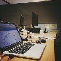 Laptop na biurku