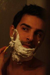 Golący się mężczyzna