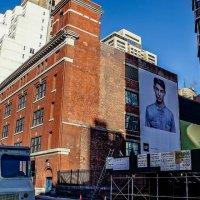 billboard reklamowy na ścianie budynku